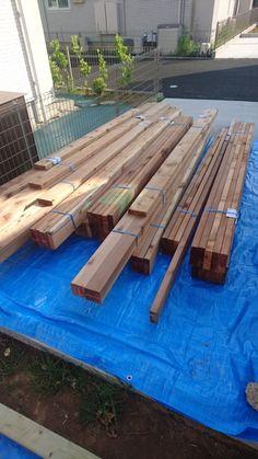 木材が届いたらあとはもう完成に向かってひたすら作業に没頭するのみ!40時間後にはあなたのお家にウッドデッキがドーンと設置されているはずw 楽しみですね! 早速進めていきましょう。 木材が到着したら必ずやること~基準の根太設置まで 木材到着からの流れ 降ろす時点でブルーシートに載せる サイズごとに分けながら必ず照らし合わせを行う(超大事) 使用別に選定する 防腐処理をする 束石の設置 基準点を決める 起点の束石設置 束石設置のコツ 転圧 基準の束石に、束柱と根太をビス止めする 束柱の長さを測る 束石と束柱を仮止めする 仮止めから本締めへ 木材が到着したら必ずやること~基準の根太設置まで 木材到着… Garden Projects, Wood, Woodwind Instrument, Timber Wood, Trees