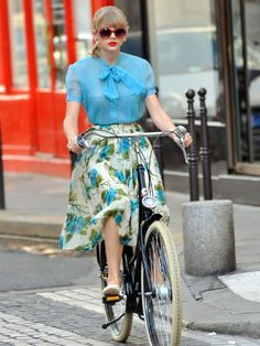 Taylor Swift's retro look. #bike