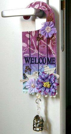 birgit koopsen Doorknob Hangers, Wooden Door Hangers, Wood Crafts, Paper Crafts, Diy Crafts, Door Knobs Crafts, Over The Door Hanger, Crafts For Seniors, Art Bag