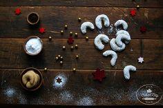 Vanilkové rožky sa podávajú na vianočnom maškrtiacom tanieri hádam v každej domácnosti. Sú také príjemne akurát na dvakrát do úst (alebo naraz?), krehké, sladké a voňavéééé 🙂 Tento rok vám prinášame tip na ich kváskovú podobu. Sú rovnako výborné, upravené na stráviteľnejšiu a výživnejšiu formu a najviac dokonalé sú, ak zavoláme k príprave deti. Pretože … Triangle, Stud Earrings, Attila, Stud Earring, Earring Studs
