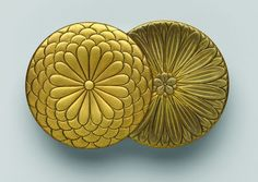 Incense box in the shape of overlapped chrysanthemums, late 19th century   Gold maki-e, gold foil, and gold dust on lacquer.