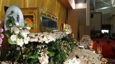 Luang Pho Koon aufgebahrt in einem gläsernen Sarg in der Universität Khon Kaen.
