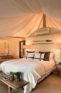Lobby, bedroom, stairways and entryways, a room by room guide to finding inspiration with the best interior architecture from world renowned hotels. Hotel Decor, Lodge Decor, Contemporary Bedroom, Modern Bedroom, Bungalows, African Room, Casa Petra, Safari Bedroom, Casa Hotel