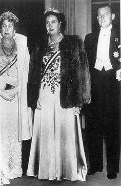 La reina Victoria Eugenia con su hijo Juan, Conde de Barcelona  la esposa de este, María de las Mercedes