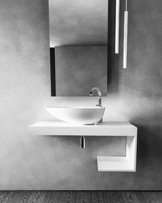 il concetto di semplice e pura eleganza si combina alla qualità dell'ADsurface® e viene declinato in una serie di lavabi dalle linee e forme sinuose, versatili e materiche. La serie comprende modelli da appoggio e sospesi, in grado di soddisfare le esigenze di un pubblico attento allo stile e alla qualità del tempo da trascorrere nei propri spazi. Bathroom Furniture, Bathroom Lighting, My House, Sink, Bathtub, Mirror, Design, Home Decor, Shape
