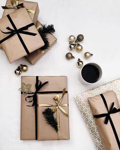 Black and gold gift wrapping pakowanie prezentów креативная Christmas Gift Wrapping, Diy Christmas Gifts, All Things Christmas, Christmas Time, Holiday Gifts, Christmas Decorations, Christmas Christmas, Christmas Ideas, Creative Gift Wrapping