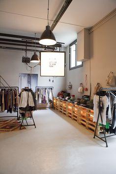 Interior de tienda que llama mucho la atención por sus lineales construidos con palets, muy original. Fernando Roncero