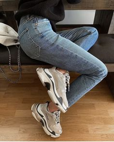 Shoes Sneakers Dad sneakers Jeans Sweater Outfit Winter Spring I Shoes Sneakers Dad sneakers Jeans Sweater Outfit Winter Spring Inspiration More on Fashionchick Sneakers Mode, Sneakers Fashion, Fashion Shoes, Fashion Outfits, Jeans With Sneakers, Jeans Shoes, Mom Fashion, Leather Sneakers, Adidas Sneakers