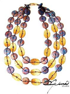 Collar reversible, arcilla polimérica, pinturas acrílicas, lado dorado y azul - Reversible necklace, polymer clay, acrylic paints, blue side #HandMade #designersVenezuela #VenezuelanDesign #hechoamano #lluviadeestrellas #ÚnicaConNináStudio #Unique Design