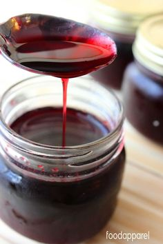 This simple blackberry syrup is sooooo easy to make and tastes fabulous! Great for topping pancakes, ice cream, using in italian sodas.oh so many options! Blackberry Syrup Recipes, Blackberry Sauce, Fruit Syrup Recipe, Blackberry Extract Recipe, Blueberry Syrup Recipe Easy, Blackberry Freezer Jam, Blueberry Recipes, Salsa Dulce, Gastronomia