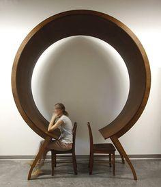 A novidade de 2016. A mesa de madeira dá uma volta quase completa no ar, e para prestes a se encontrar. Michael diz que a mesa foi feita para refletir sobre a falta de privacidade na comunicação e considerar a armadilha cíclica em que nós, humanos, nos colocamos quando nosso foco é pouco. Uau!