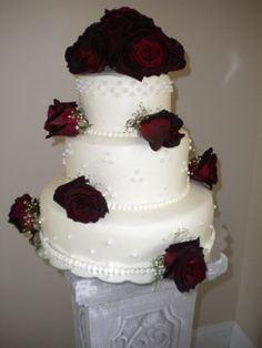 mixed designs of pearls on the sides of the wedding cake tiers