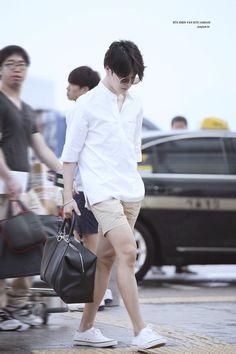 Jimin airport looks that left me with several breathing problems. Jimin Airport Fashion, Bts Airport, Airport Look, Airport Style, Airport Photos, Bts Jimin, Jimin Hot, Jhope, Korean Fashion Men