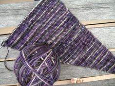 In questi giorni di fine primavera, in cui un attimo prima fa caldo e quello dopo abbiamo la pelle d'oca dal freddo, potrebbe essere utilissimo un pratico Baktus, un accessorio che sta letteralmente spopolando soprattutto per la semplicità con cui si può realizzare, seguendo poche indicazioni di schemi a maglia. Knitted Shawls, Loom Knitting, Knit Patterns, Knit Crochet, Crafts, Hobby, Fashion, Left Handed, Ponchos