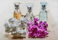 Are you perfume lover? Do you like to wear perfume during the day or the night? If you do then for sure you have wished for once to make yourself your own line of perfume that you would wear! Today we have lots of choice and offer of perfumes from. Homemade Essential Oils, Essential Oil Scents, Essential Oil Perfume, Essential Oil Uses, Diy Face Mist, Perfume Glamour, Shampooing Sec, Homemade Perfume, Perfume Recipes