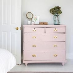 pink chest of drawers Chest Of Drawers Decor, Pink Drawers, Chest Of Drawers Makeover, Pink Dresser, Painted Drawers, Plywood Furniture, Pink Furniture, Upcycled Furniture, Painted Furniture