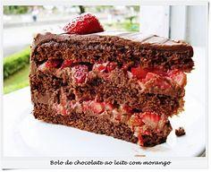 Fofurices: Bolo de chocolate ao leite com recheio de ganache e morango