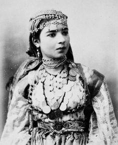 Jeune femme nommée Zohra (Algérie - 19e) / Young woman called Zohra (Algeria - 19th) https://azititou.wordpress.com/2012/11/28/une-jeune-femme-nommee-zohra/