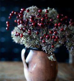 decorar jarra con bayas rojas