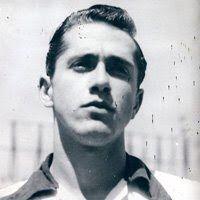 Eduardo González Palmer, mítico jugador del América, nació el 23 de agosto de 1934, en Maravatío, Michoacán. Fue un goleador extraordinario, siempre dedicado y dispuesto al sacrificio por la causa americanista, es uno de los más ilustres delanteros mexicanos de toda la historia. Su imperecedera e indisoluble amistad con el gol y su delicado trato con la pelota, lo convirtieron en un atacante temible, así como en un auténtico caballero, dentro y fuera de la cancha.