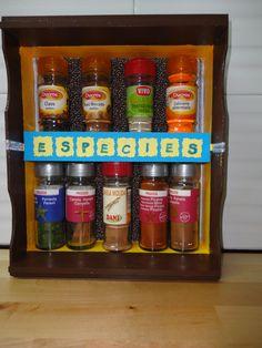 Caja de fruta reutilizada para poner los frascos de especias.