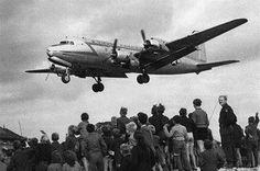 Door dat Sovjet Unie de wegens van west Berlijn af had gezet zodat het VS sneller op zouden geven . Mensen kregen honger en raakte in een hongersnood .VS had daar iets voor bedacht en lieten elke dag vliegtuigen komen met eten en meer.