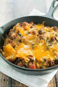 Beef Taco Skillet Casserole - Add this comfort food to your favorite casserole recipes! Beef tacos recipes are easy to make with a rustic presentation. Casserole dinners are easy to busy week nights or relaxing weekends! Cast Iron Skillet Cooking, Iron Skillet Recipes, Cast Iron Recipes, Skillet Dinners, Skillet Food, Taco Pie, Tex Mex, One Pot Meals, Easy Meals