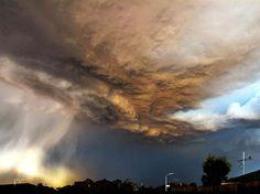 Fabio Bonicelli, supervisor em Melbourne, estava indo para casa depois do Natal de 2011 quando flagrou esta tempestade, umas das que, na época, causaram enchentes na região. A foto foi a eleita para o mês de fevereiro  Foto: Escritório de Meteorologia da Austrália/Fabio Bonicelli/BBC Brasil