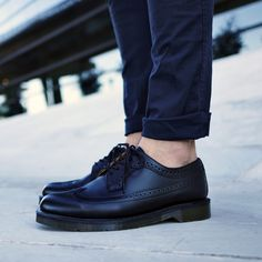 22 Perfect Street Style Shoes Looks To Rock This Season Mens Smart Shoes, Men S Shoes, Loafers Outfit, Loafers Men, Mens Fashion Wear, Fashion Shoes, Dr. Martens, Black Outfit Men, Suits And Sneakers