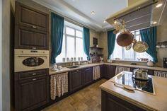 rideaux-cuisine-bleus-armoires-bois-brun