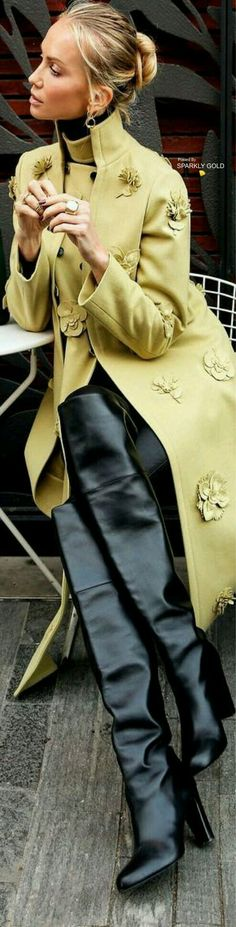 A beautiful coat of color chartreuse with chartreuse f . Fashion Mode, Womens Fashion, Fashion Trends, Street Chic, Street Style, Looks Style, My Style, Vetement Fashion, Mode Chic