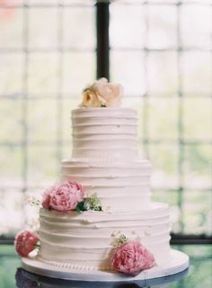 Most recent Totally Free Pretty Peach + Pink Wedding From Clary Pfeiffer Fine Art Photographer Tips Get wedding decoration built easy Whenever you organize a wedding , you've to pay attention to the Beautiful Wedding Cakes, Gorgeous Cakes, Pretty Cakes, Fresh Flower Cake, Fresh Flowers, Exotic Flowers, Purple Flowers, Wild Flowers, Rustic Cake