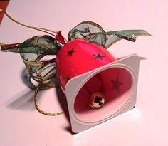 Weihnachtsglöckchen aus einem fruchtzwergebecher und einem glöckchen vom schokoweihnchtsmann.