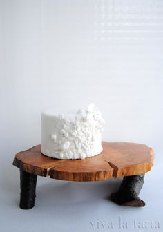 gâteau blanc décoré de fleurs, fruits et oiseaux
