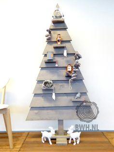 Houten kerstboom van steigerplanken en met 6 aflegplankjes en stevige voet. Gaat lang mee, neemt weinig plaats in, modern en leuk als tweede boom in de gang of de keuken bijvoorbeeld. Te koop bij Gadero