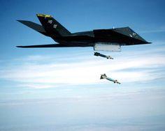 El Lockheed F-117 Nighthawk es un avión furtivo de ataque estadounidense. Su denominación F fue dada durante su periodo de pruebas.