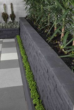 Features    Maximum non reinforced 800mm   Plus Cap (8 courses)   Natural stacked stone finish   Unique rear lip for ease of construction in setback walls  Suitable for    Curved walls   Garden edge   Engineered walls   Set back walls   Landscaped walls   Garden steps