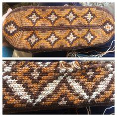mochila – made by lucienne Crochet Tablecloth Pattern, Tapestry Crochet Patterns, Crochet Handbags, Crochet Purses, Tapestry Bag, Bucket Bag, Purses And Bags, Wool, Knitting