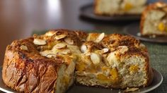 Here's a peach-almond coffee cake that can be made ready in 40 minutes. This crunchy delight can be served at breakfast or as a snack!