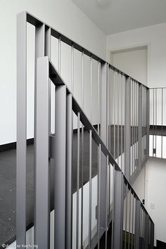 Effektvolle Einschnitte – Essen: CUBE Magazin - Home Decor Modern Stair Railing, Staircase Handrail, Stair Railing Design, Interior Staircase, Stairs Architecture, Balcony Railing, Modern Stairs, Steel Stairs, Steel Railing