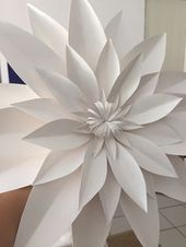 Paper Flowers Craft, Large Paper Flowers, Crepe Paper Flowers, Paper Flower Backdrop, Paper Roses, Flower Crafts, Diy Flowers, Butterfly Crafts, Origami Flowers