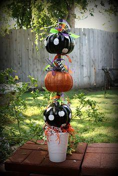 Pumpkin Topiary Adornos Halloween, Halloween Kostüm, Holidays Halloween, Halloween Pumpkins, Halloween Decorations, Pumpkin Decorations, Faux Pumpkins, Small Pumpkins, Outdoor Decorations