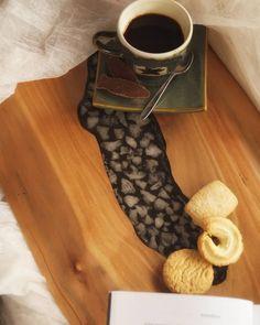 Tabla de cocktail elaborada con madera recuperada y cuarzo encapsulado del Lago Lanalhue.   El cuarzo es una piedra dispersa en todo el territorio, de muy fácil recolección.    Tabla para el deleite, pieza única! Coffee Maker, Kitchen Appliances, Bella, Instagram, Epoxy, Wooden Boards, Rock, Coffee Maker Machine, Diy Kitchen Appliances