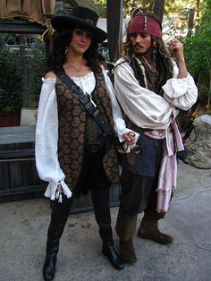 Meeting Angelica and Jack Sparrow at the Pirates of the Caribbean: On Stranger Tides Sneak Peek Pirates of the Caribbean – Angelica & Captain Jack – Ive met them! They're my friends (; Cute Couple Halloween Costumes, Halloween Kostüm, Halloween Outfits, Female Pirate Costume, Queen Costume, Pirate Costume Couple, Costumes For Women, Girl Costumes, Costume Ideas