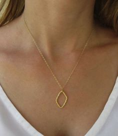 Dainty necklace for your everyday wear, you can wear alone or with other necklaces.
