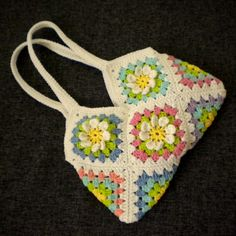 Six flower garden granny squares and four simple granny squares (without flowers) – that's all it takes to build this gorgeous flowery bag.This Flower Garden Granny Square shoulder bag byHiromi is just lovely.This is a bag without lining but if you choose so, you may add lining to your bag and maybe even one or …