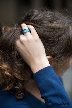 anello realizzato con perline in plastica