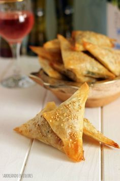triangulos provolone Veggie Recipes, Appetizer Recipes, Great Recipes, Appetizers, Party Finger Foods, Tasty, Yummy Food, Fat Foods, Food Decoration