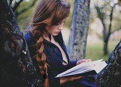 Selma-selleri... Selvom hun næsten aldrig læser... Og da slet ikke sådan en tyk hardback. Hun er nok mest til pocket-bøger der er nemme at læse, for hun vil ikke bruge for mange penge på dem. Shopaholic...