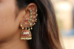 Best Traditional Jewellery For All Your Ethnic Outfits Are Here! jewelry Best Traditional Jewellery For All Your Ethnic Outfits Are Here! Gold Jhumka Earrings, Indian Jewelry Earrings, Indian Jewelry Sets, Jewelry Design Earrings, Gold Earrings Designs, Indian Wedding Jewelry, Antique Earrings, Gold Jewelry, Jewelry Box